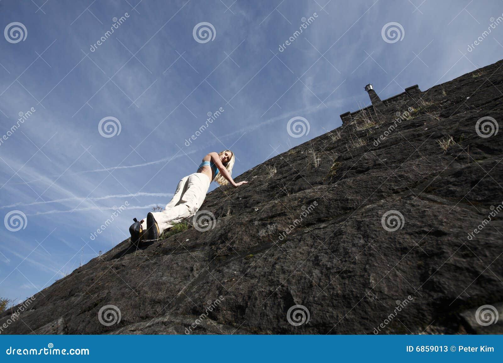 взбираясь женщина стены утеса