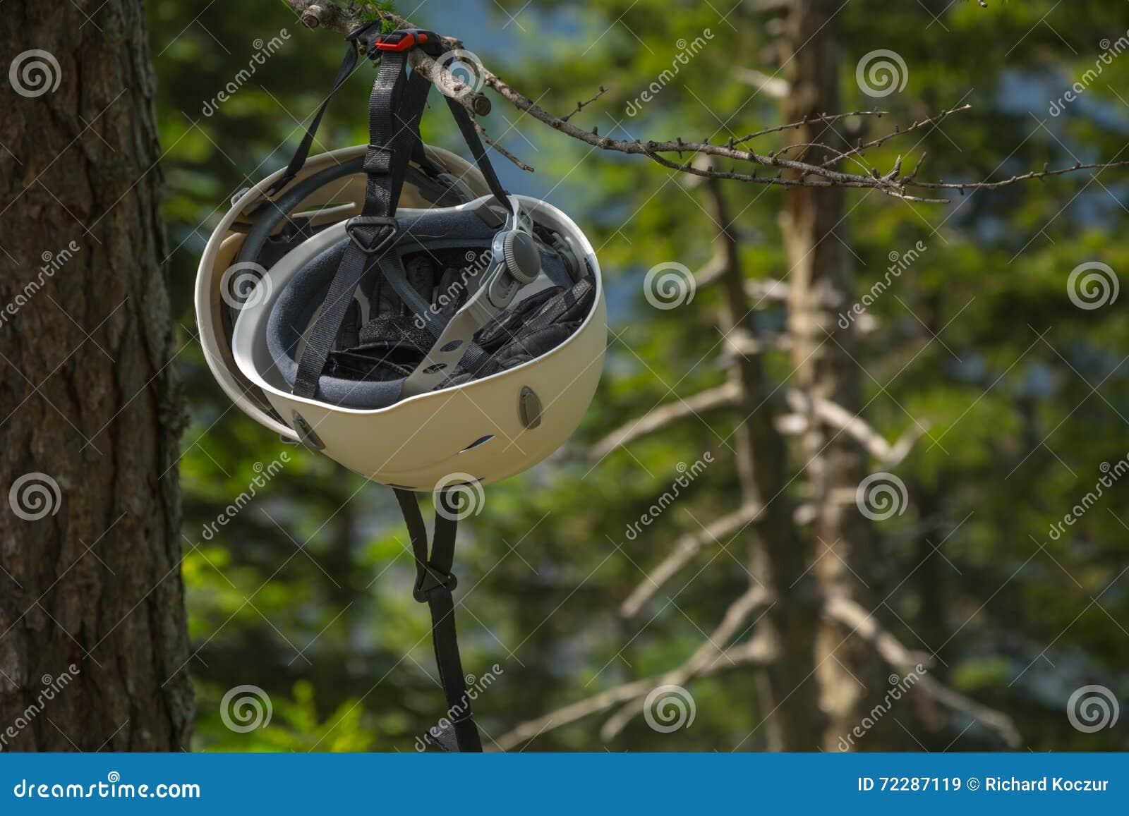 Download Взбираясь смертная казнь через повешение шлема на дереве Стоковое Изображение - изображение насчитывающей контрактор, предмет: 72287119