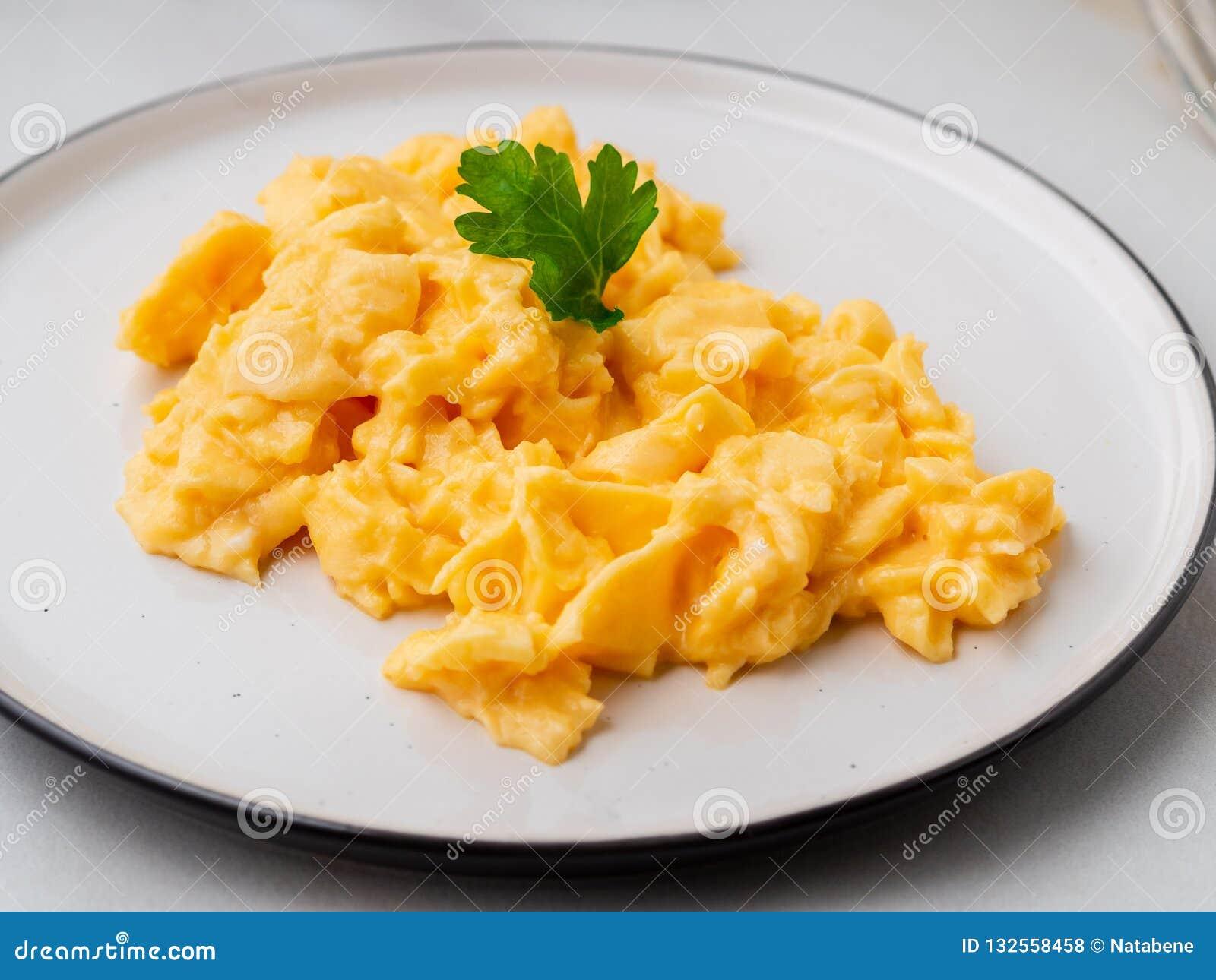 Взбитые яйца, омлет Завтрак со все-зажаренными яйцами, чашка