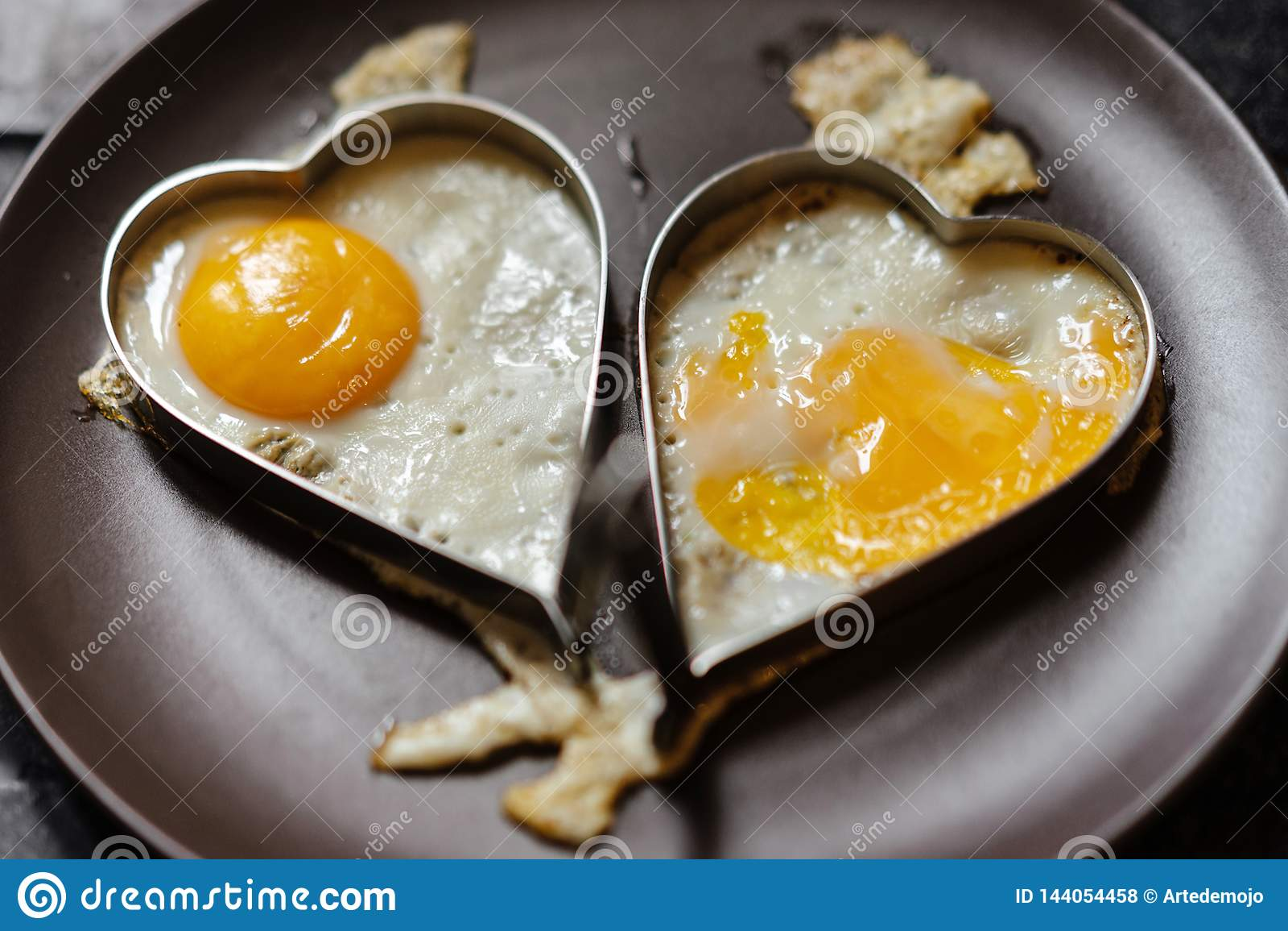 Взболтанные яйца пар в сердцах человек влюбленности silhouettes женщина темы