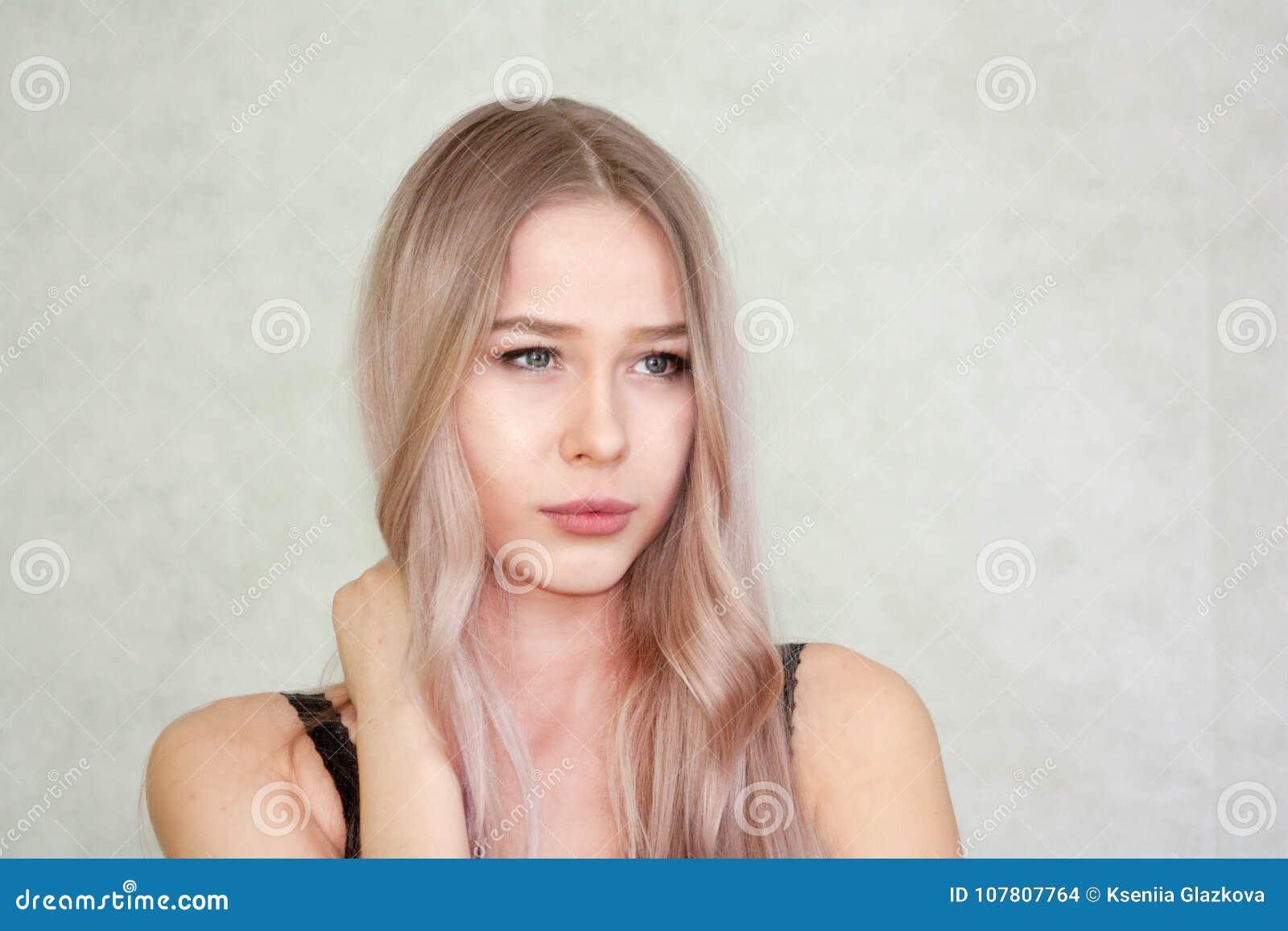 Почему симпатичная девушка