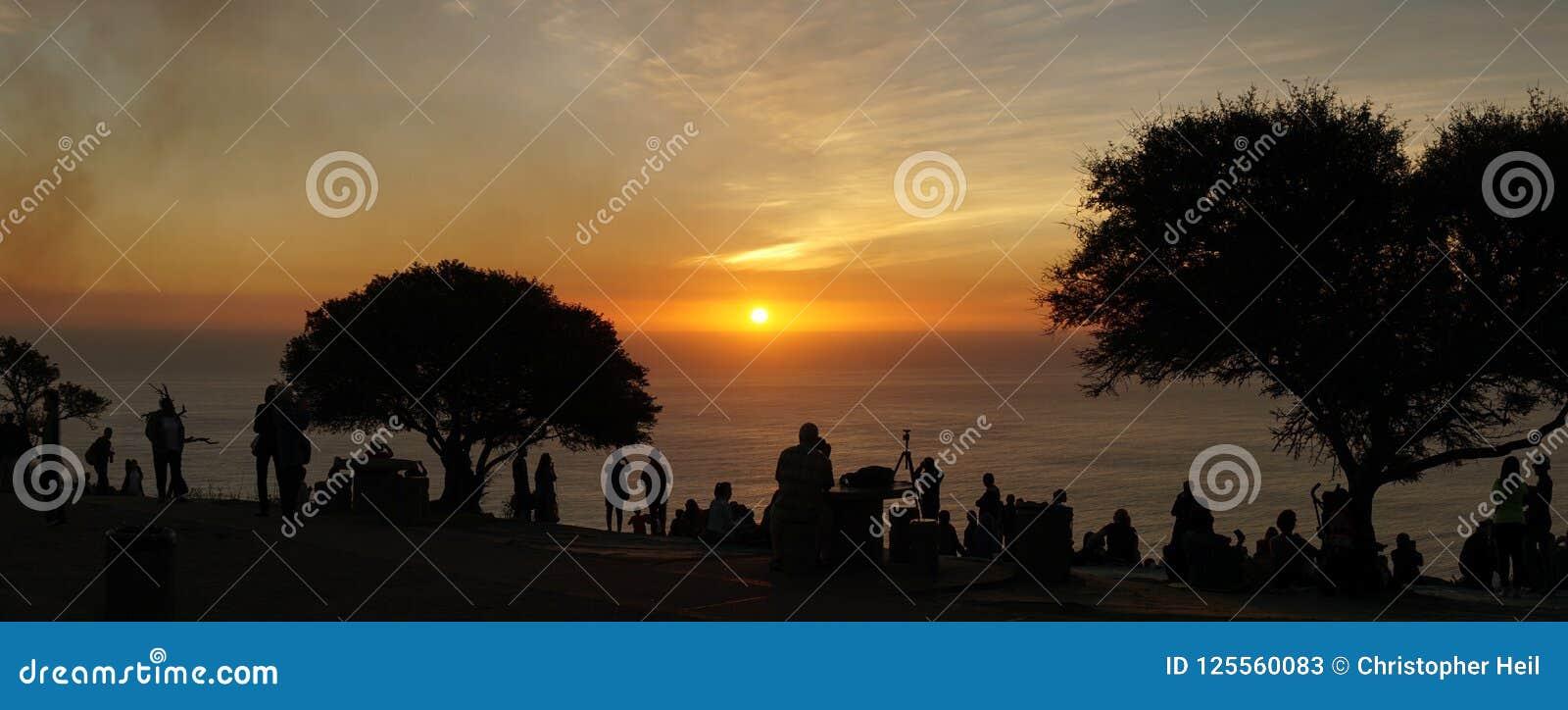 Взгляды захода солнца от холма сигнала в Кейптауне, Южной Африке