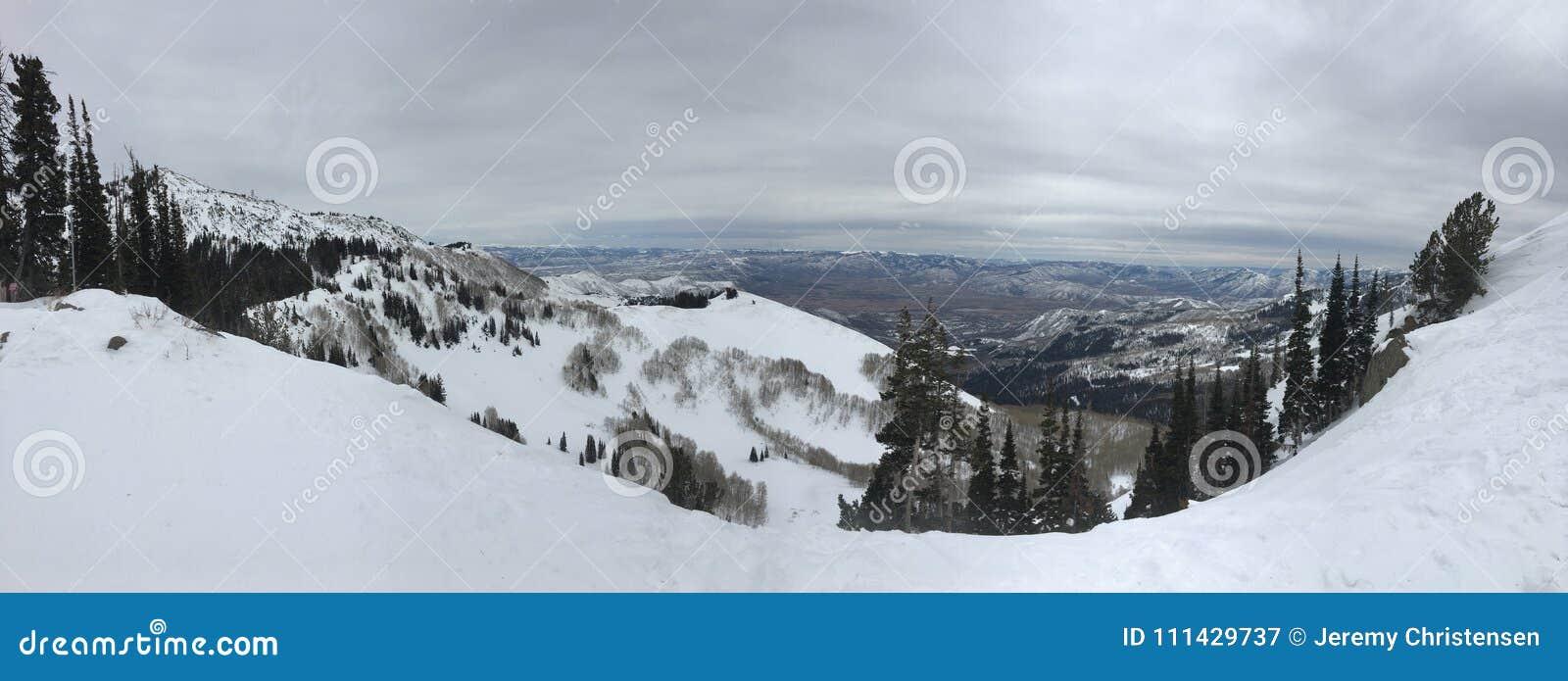 Взгляды зимы величественные вокруг гор Уосата передних скалистых, лыжного курорта Брайтона, близко к озеру сол и долине Heber, Pa