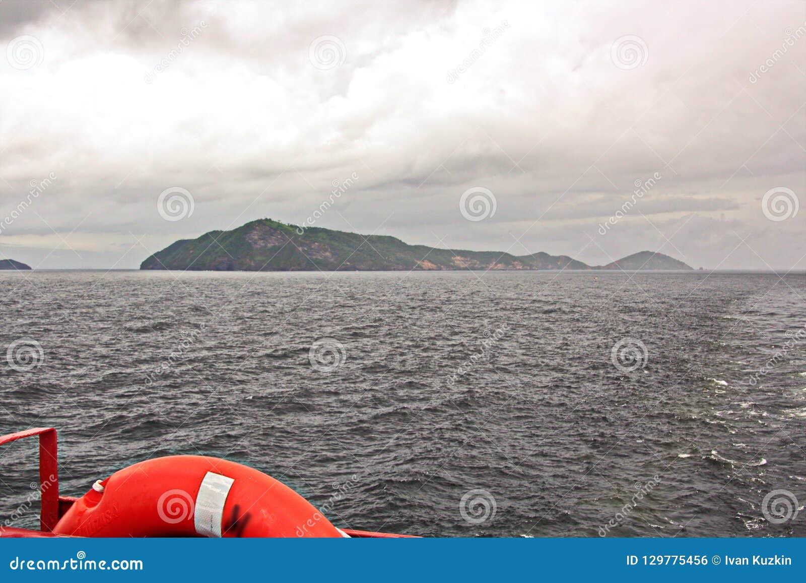 Взгляды ландшафта береговой линии и дороги bunkering сосудов Острова Тринидад и Тобаго