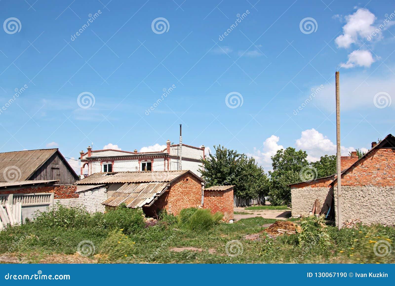 Взгляды ландшафта природы, полей, деревень и дорог Украины Взгляд из окна автомобиля управляя