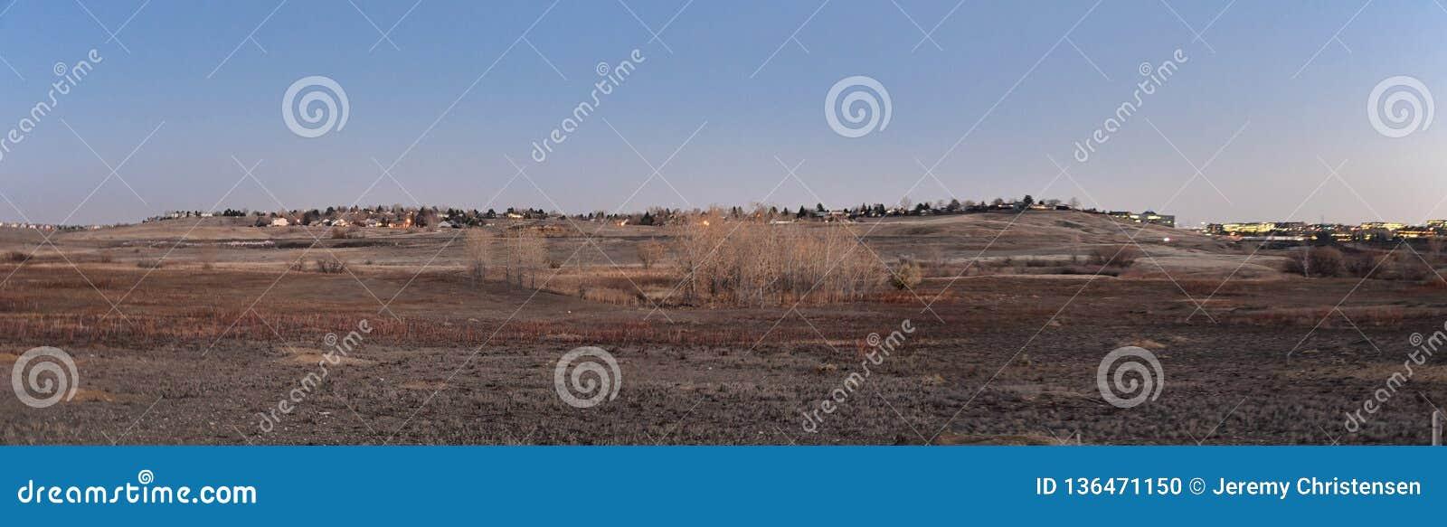Взгляды с пути следа Cradleboard идя на заповеднике Кэролин Holmberg в Broomfield Колорадо окруженном Cattails, дикими
