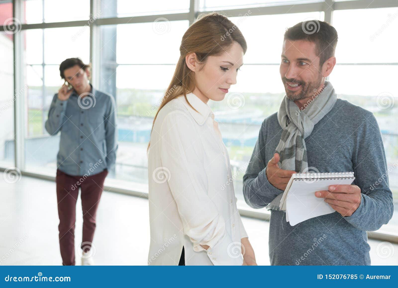 Взгляд бизнесмена и коммерсантки работая совместно