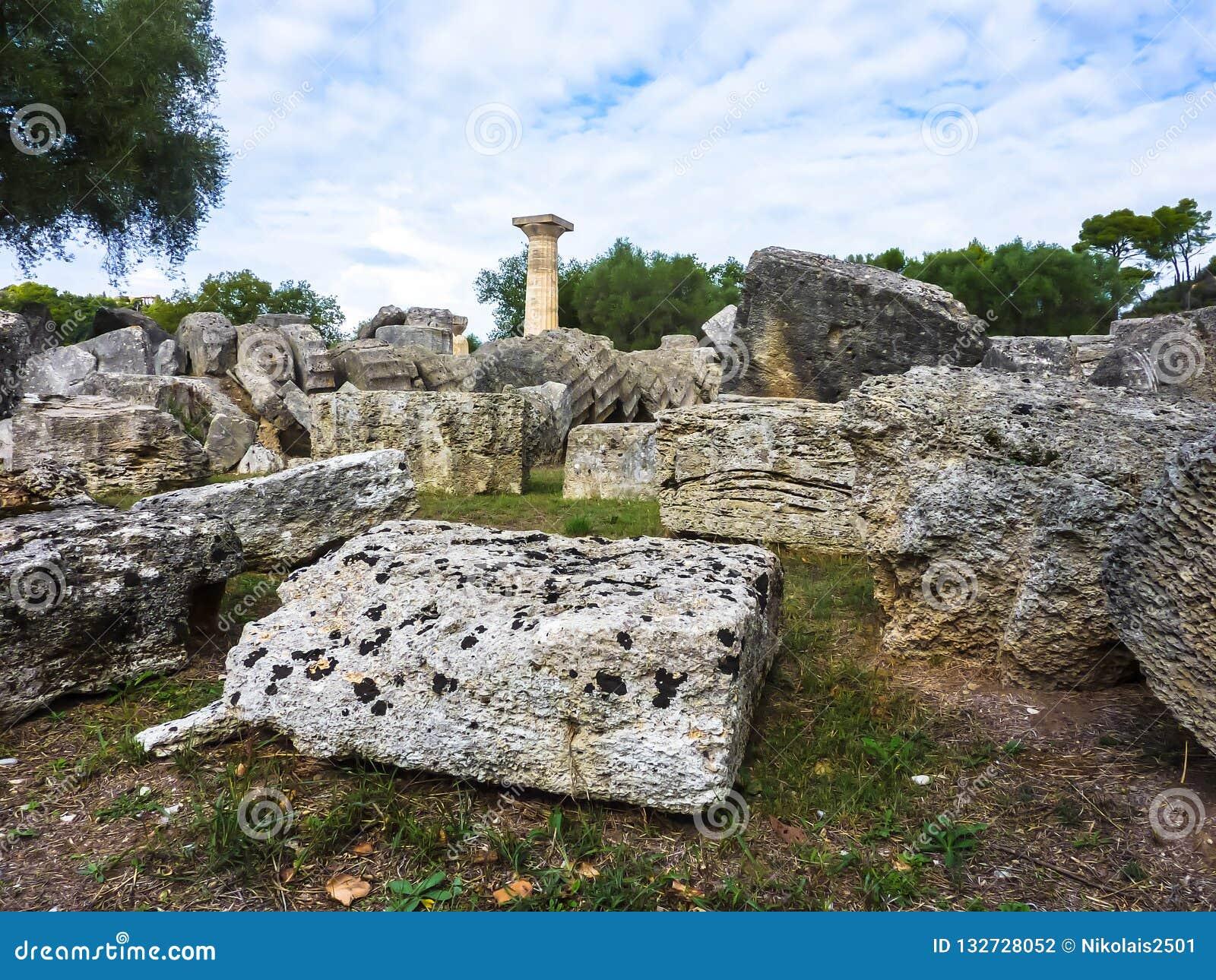 Взгляд величественных руин виска Зевса, старой Олимпии, Peloponnesus, Греции