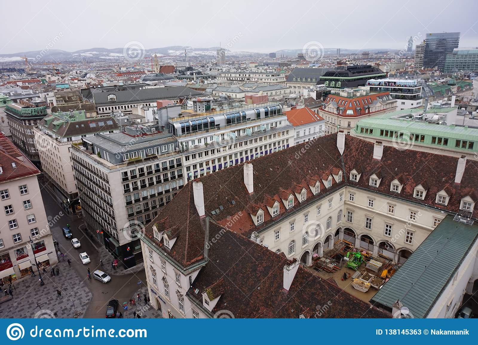 Взгляд Вены зимы от башни собора St Stephen's Город в помохе
