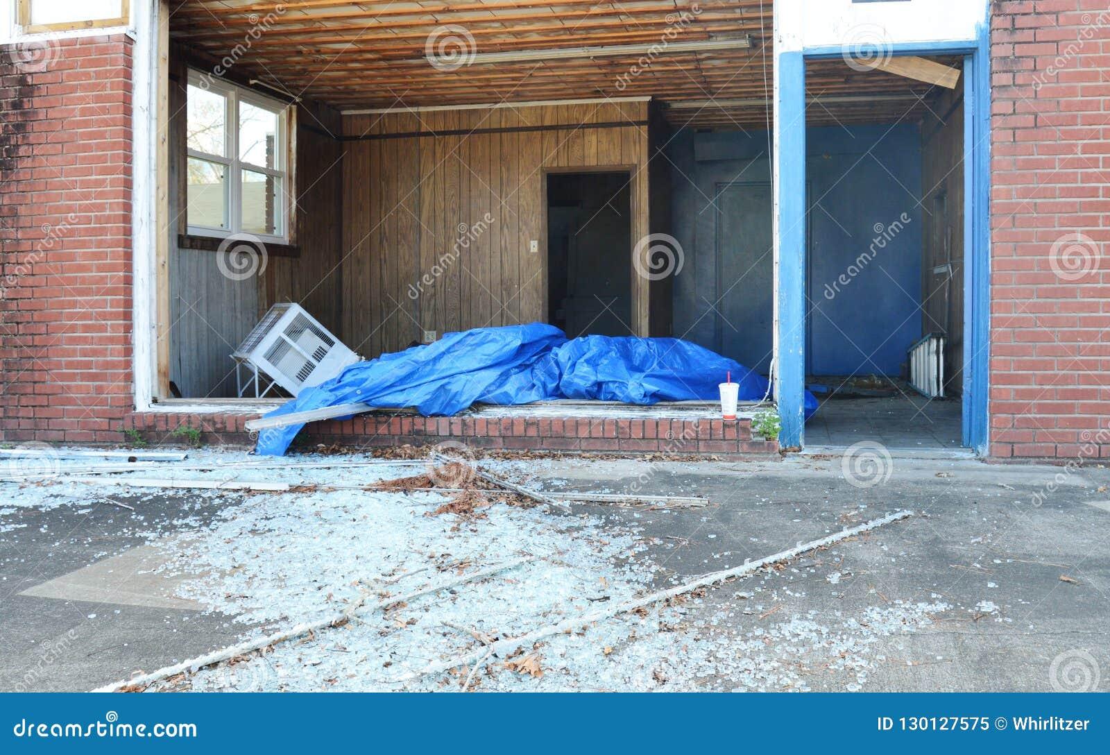 Взгляд внутри коммерчески здания которое было повреждено ураганом