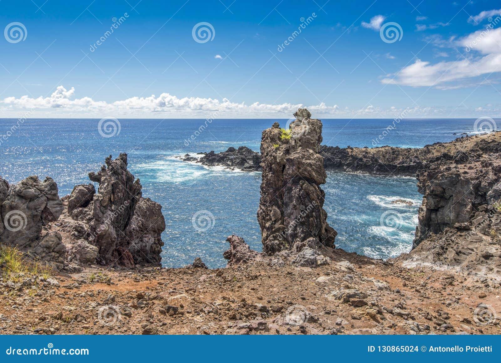Взгляд высокого угла залива пещеры Ана Kai Tangata