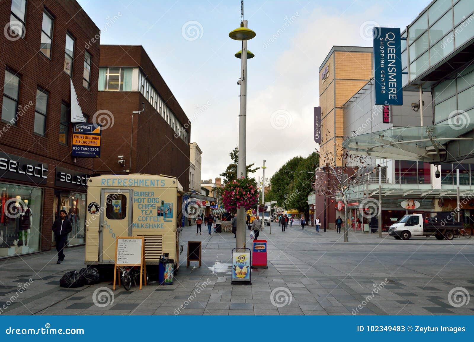 Взгляд главной улицы в Слау, с историческими зданиями, commerci