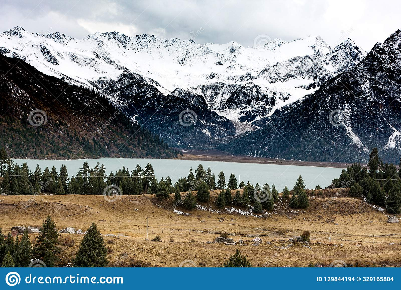 Взгляд гористой местности, Тибета, Китая