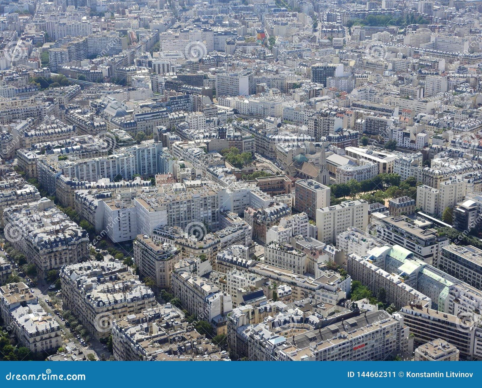 Взгляд города Парижа от высоты Эйфелевой башни