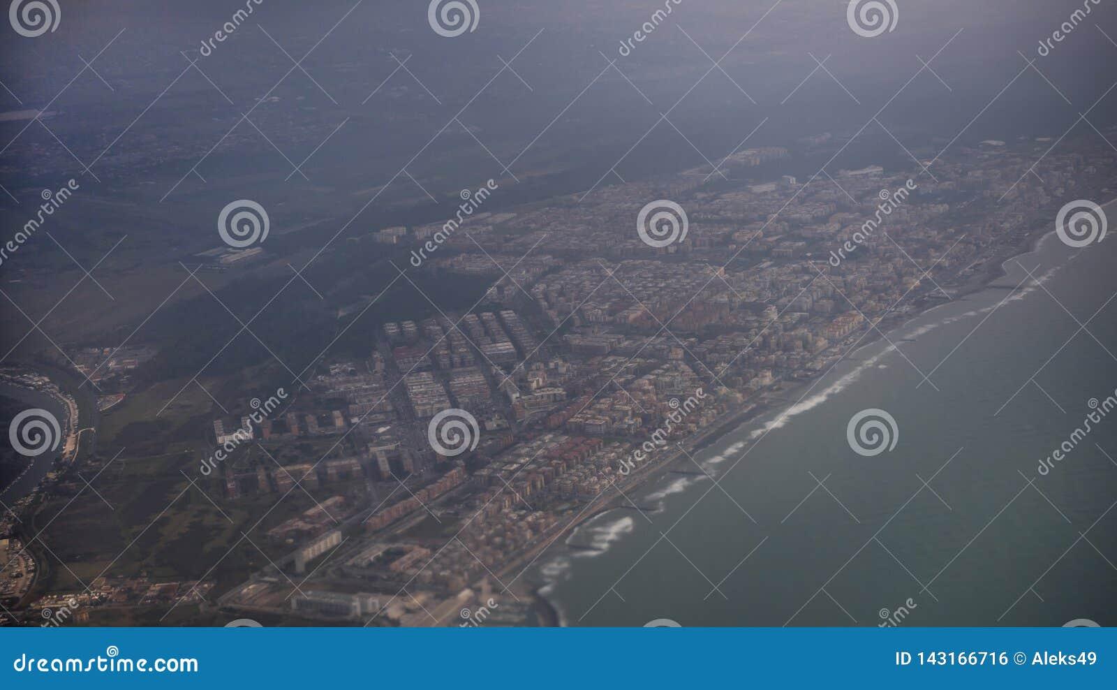 Взгляд города Fiumicino от воздушных судн