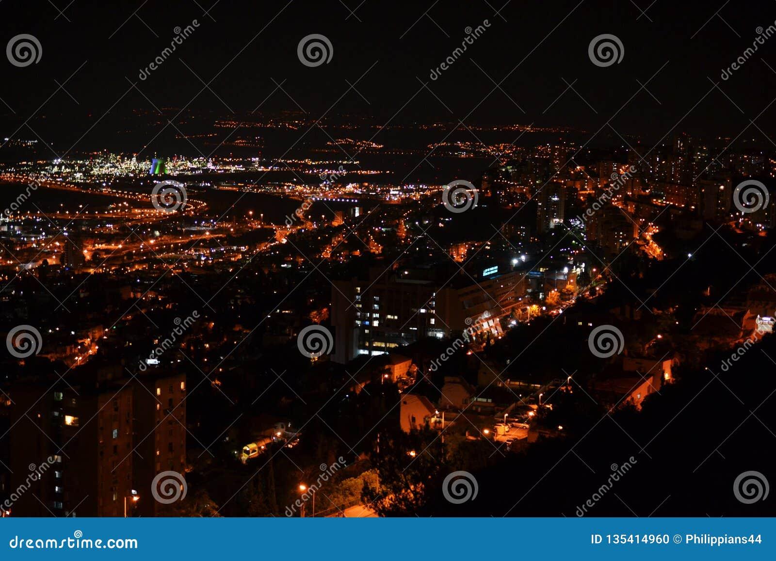 Взгляд городских Хайфы и порта от садов Bahai на Mt Carmel вечером, Израиль
