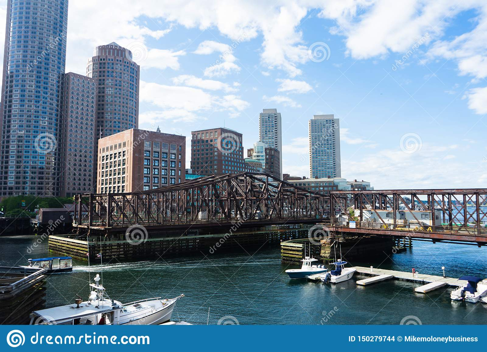 Взгляд городского пейзажа горизонта Бостон от морского порта