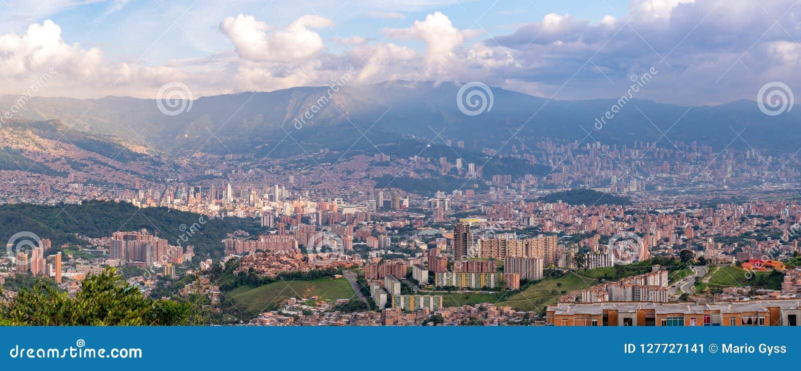 Взгляд городского пейзажа и панорамы Medellin, Колумбии Medellin город второй по величине в Колумбии