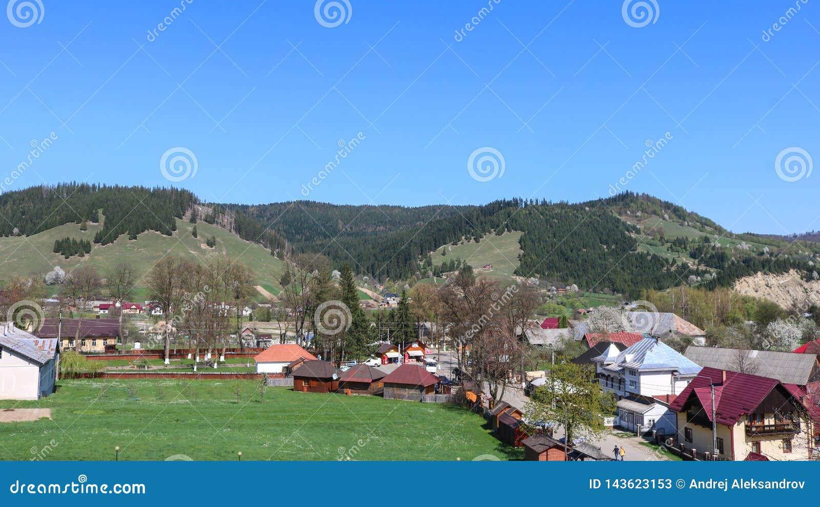 Взгляд деревни в регионе Bucovina, Румынии humorului Manastirea