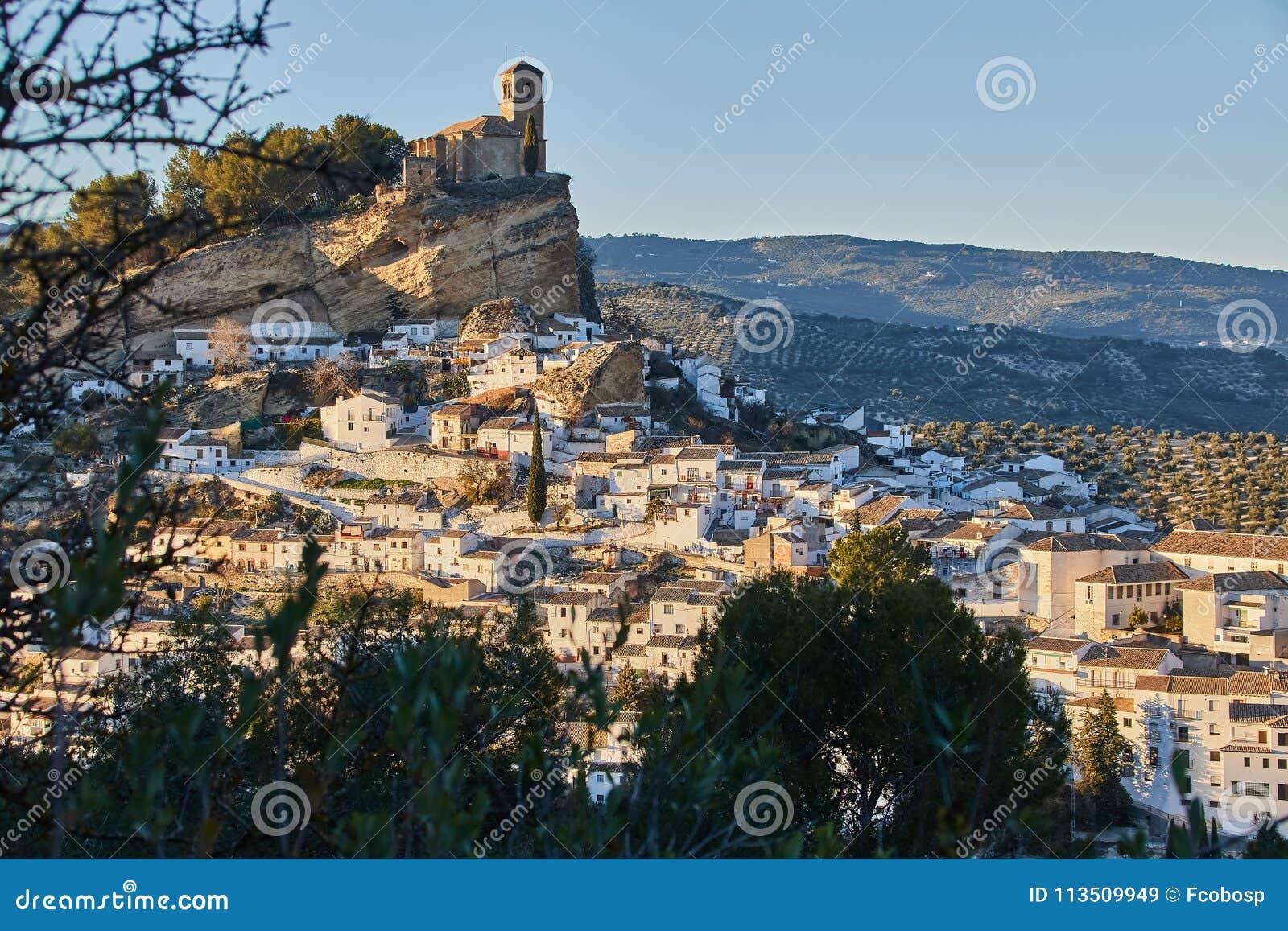 Взгляд деревни Montefrio в провинции Гранады, Испании
