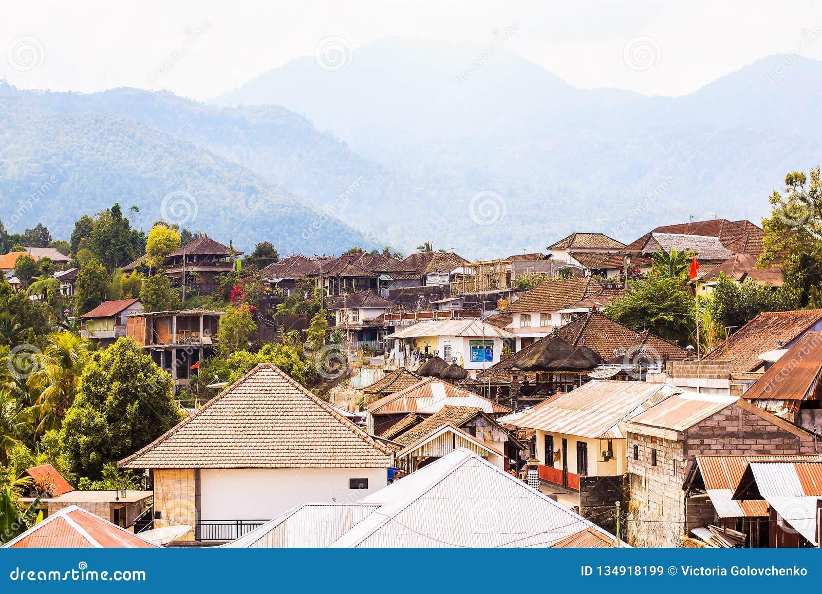 Взгляд деревни Munduk от верхней части крыши, Бали