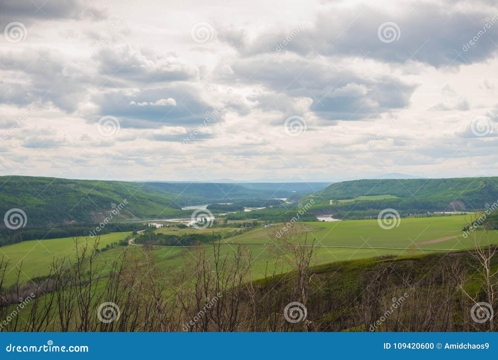 Взгляд долины Пис-Ривер от бдительности Пис-Ривер около форта St. John