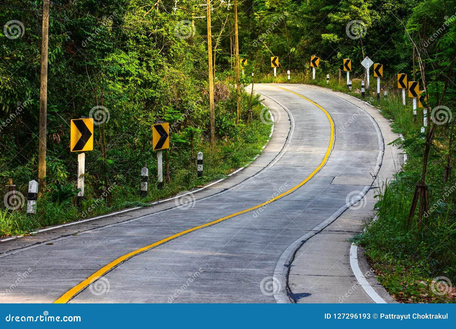 Взгляд дороги горы в Таиланде, дороге кривой