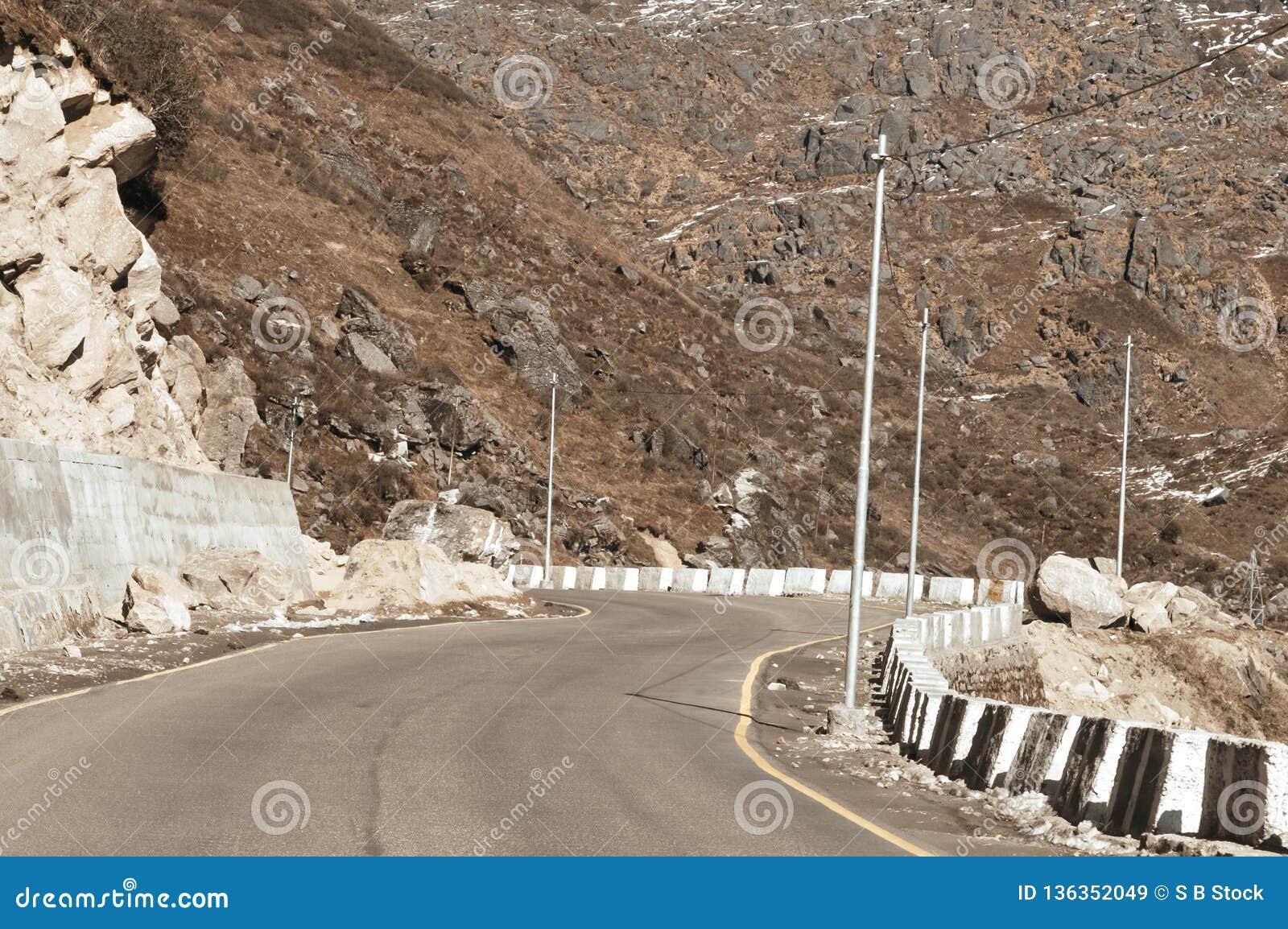 Взгляд дороги шоссе границы Индии Китая около перевала Ла Nathu в Гималаях который соединяет индийское государство Сикким с Китае