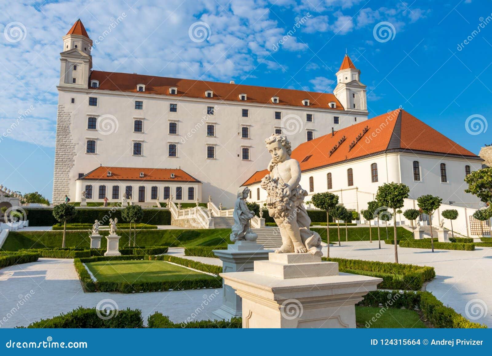 Взгляд замка Братиславы и своих садов, Братиславы, Словакии