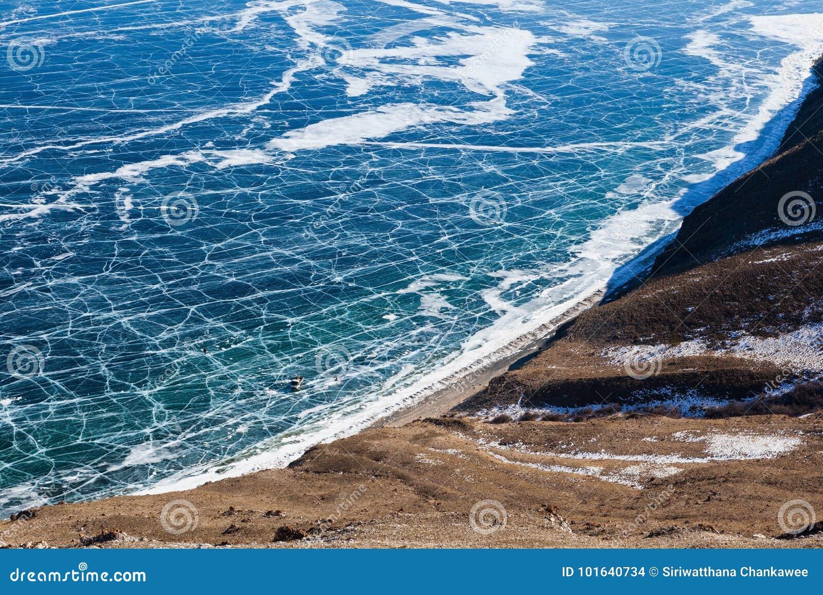 Взгляд замороженного озера Байкал сверху, Россия