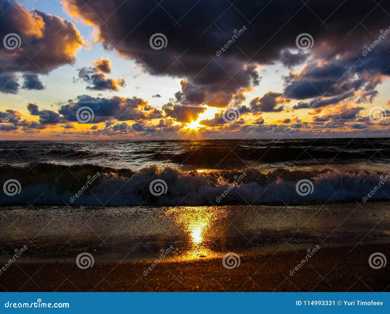 Взгляд захода солнца моря на пляже