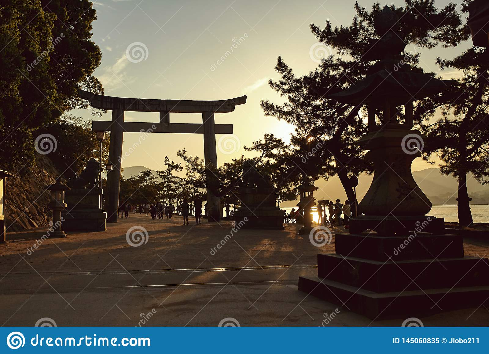 Взгляд захода солнца над Miyajima, Японией