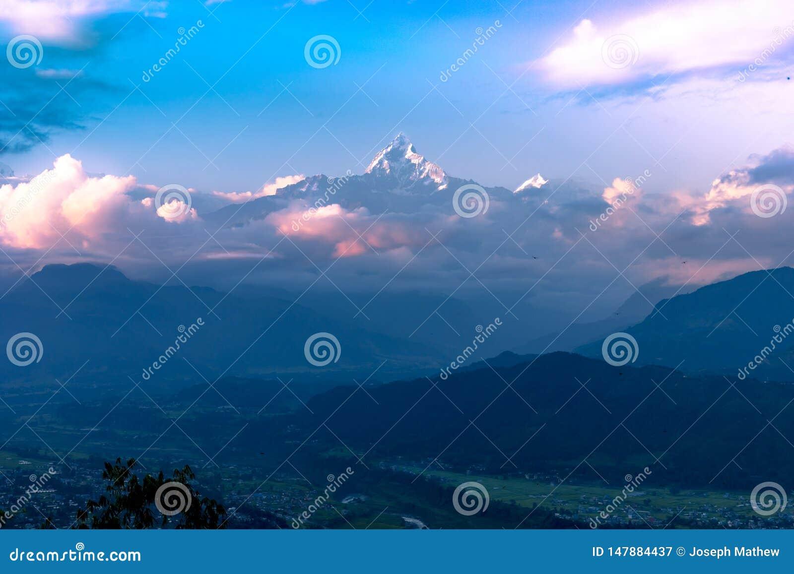 Взгляд захода солнца Fishtail горы от холма Sarangkot в Pokhara, Непале