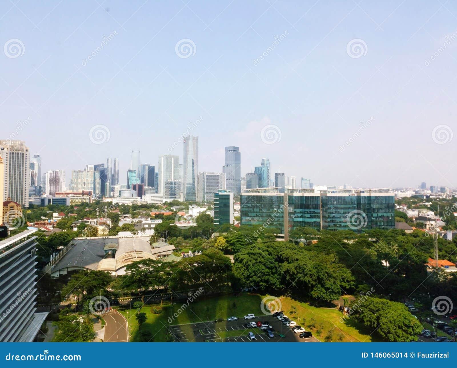 Взгляд здания Джакарты с небом утра голубым Взгляд городского пейзажа Джакарты от rofftop