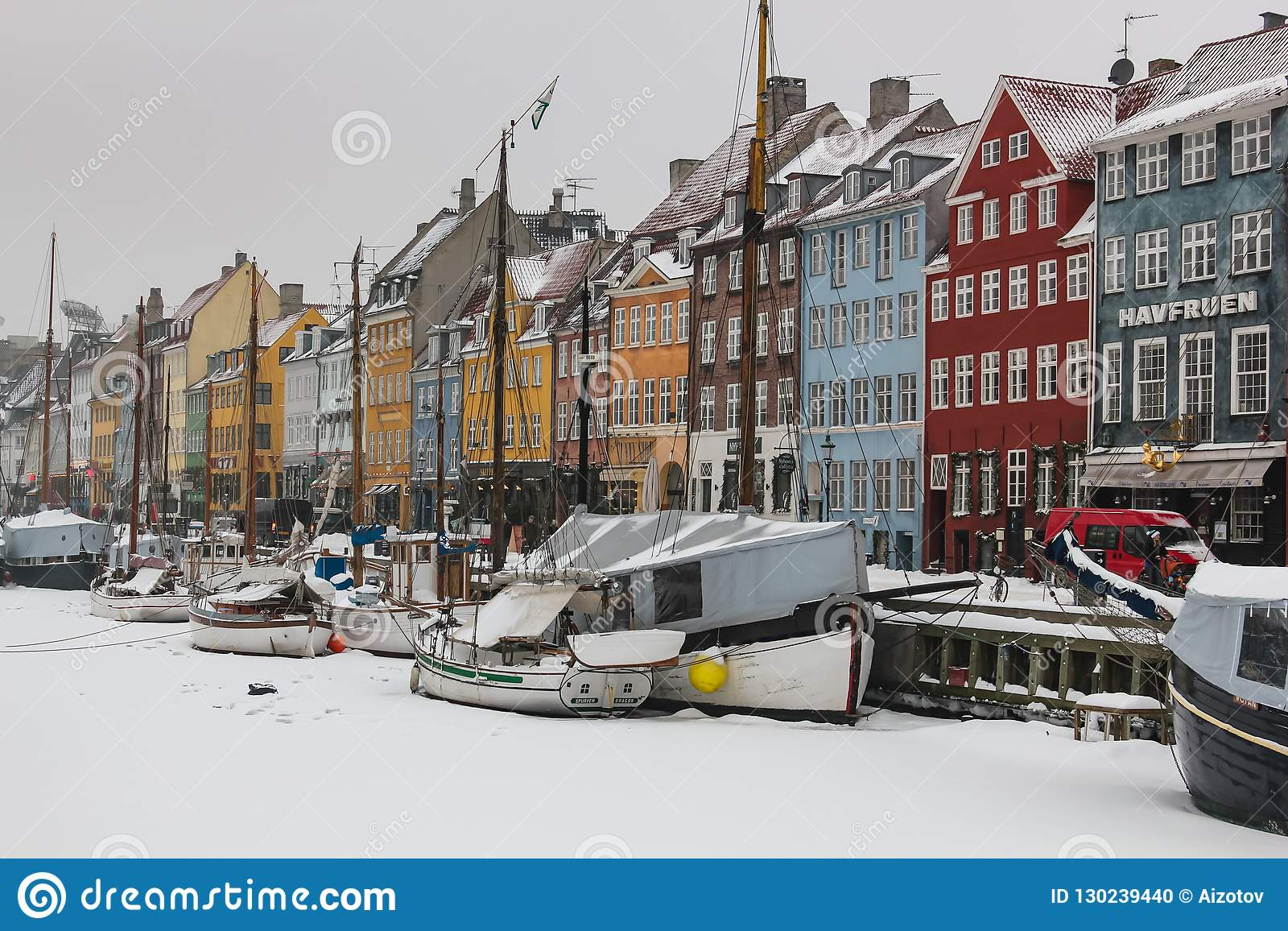 Взгляд зимы новой гавани в Копенгагене, Дании
