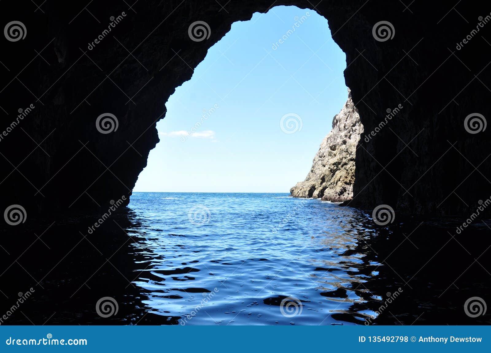 Взгляд из пещеры океана