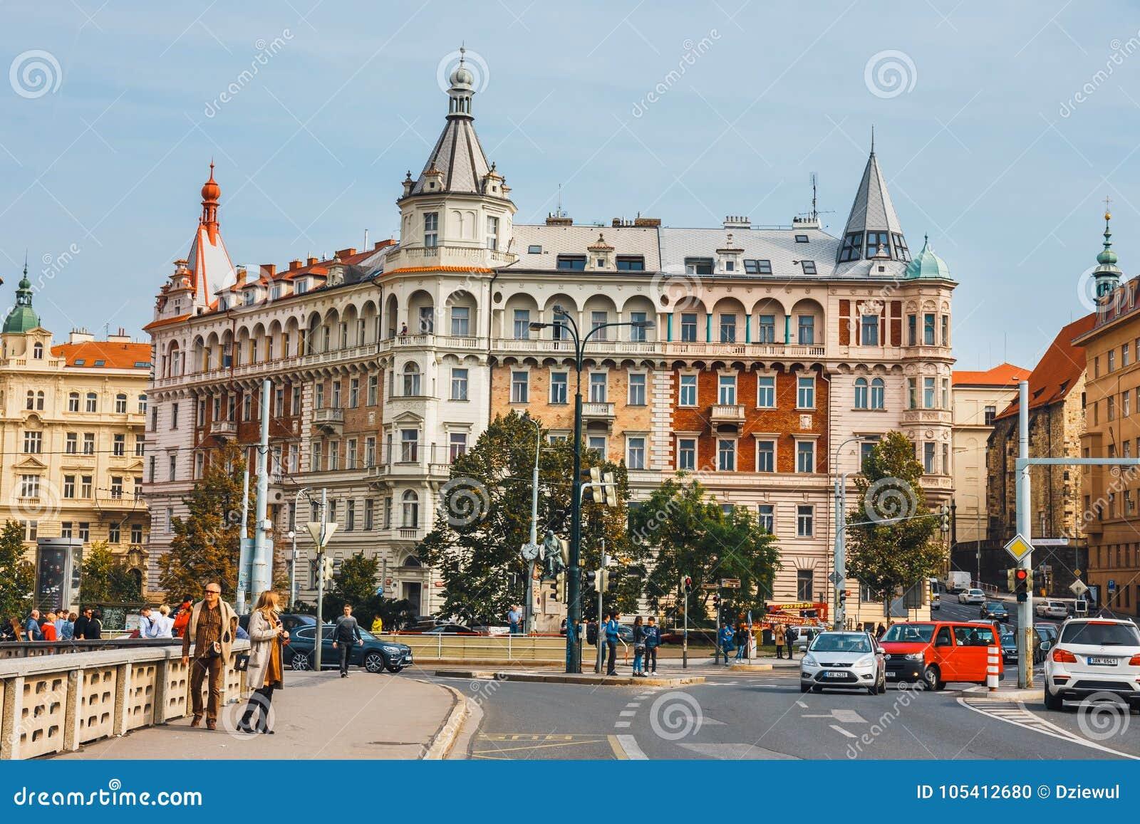 Взгляд исторического центра Праги с красивыми историческими арендуемыми квартирами