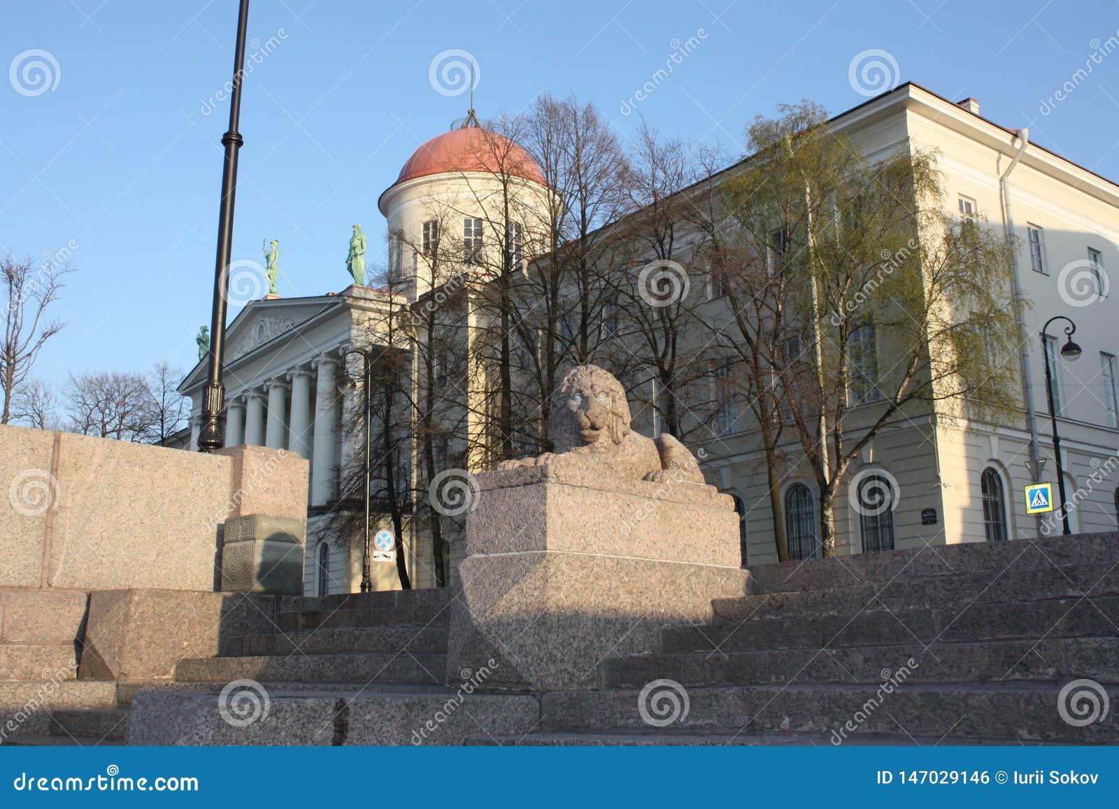 Взгляд каменного льва и здания с куполом