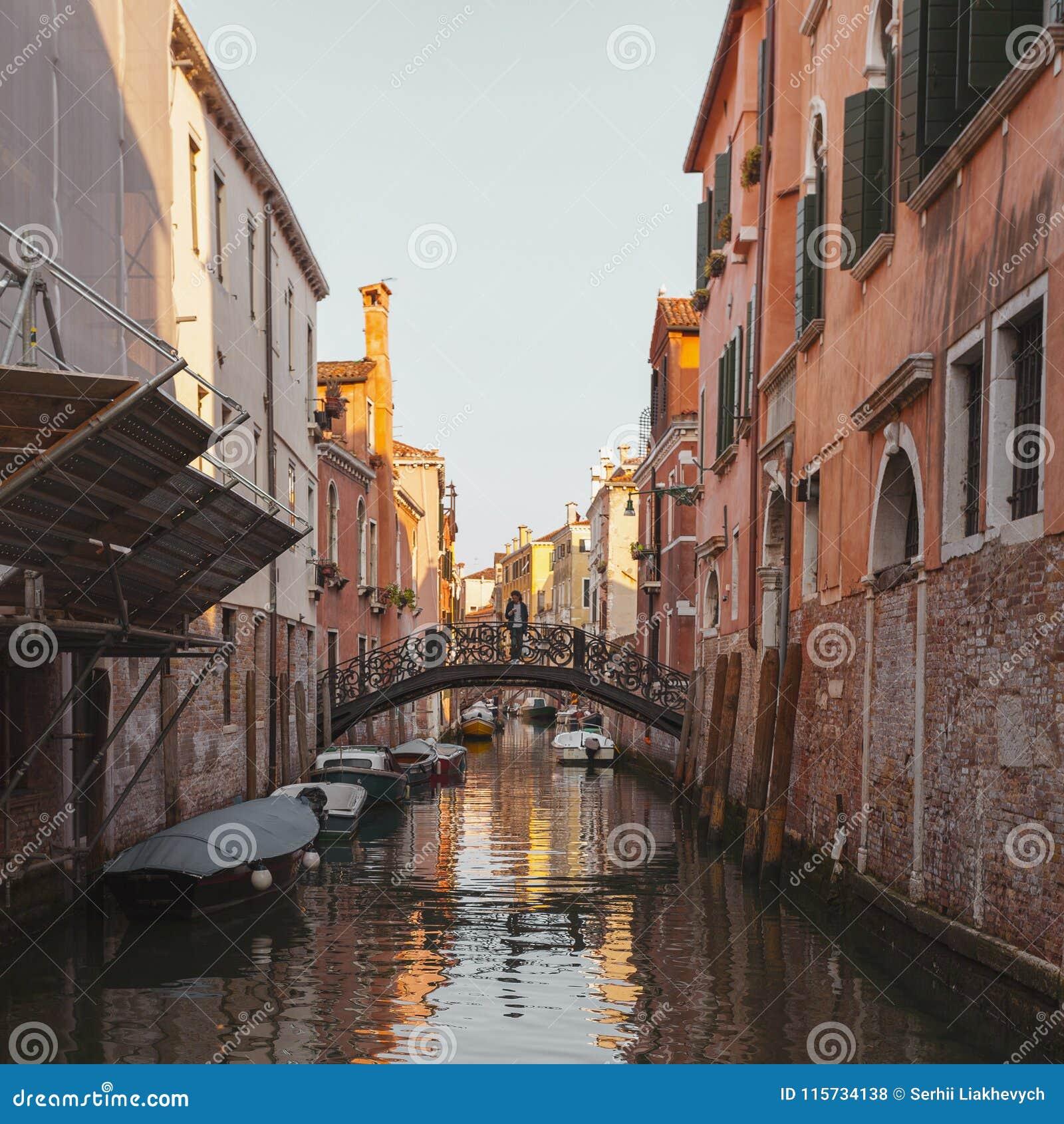 Взгляд канала в Венеции, Италии Венеция популярное туристское назначение Европы