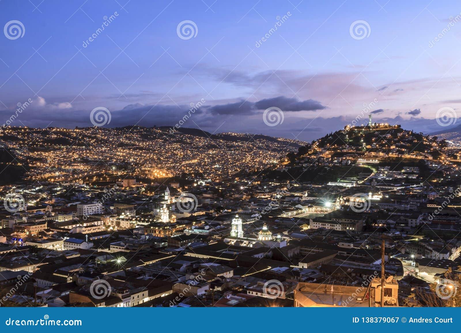 Взгляд Кито городской на сумерках