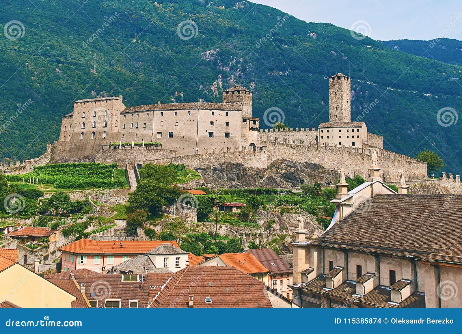 Взгляд красивого города Bellinzona в Швейцарии с замком Castelgrande от Montebello