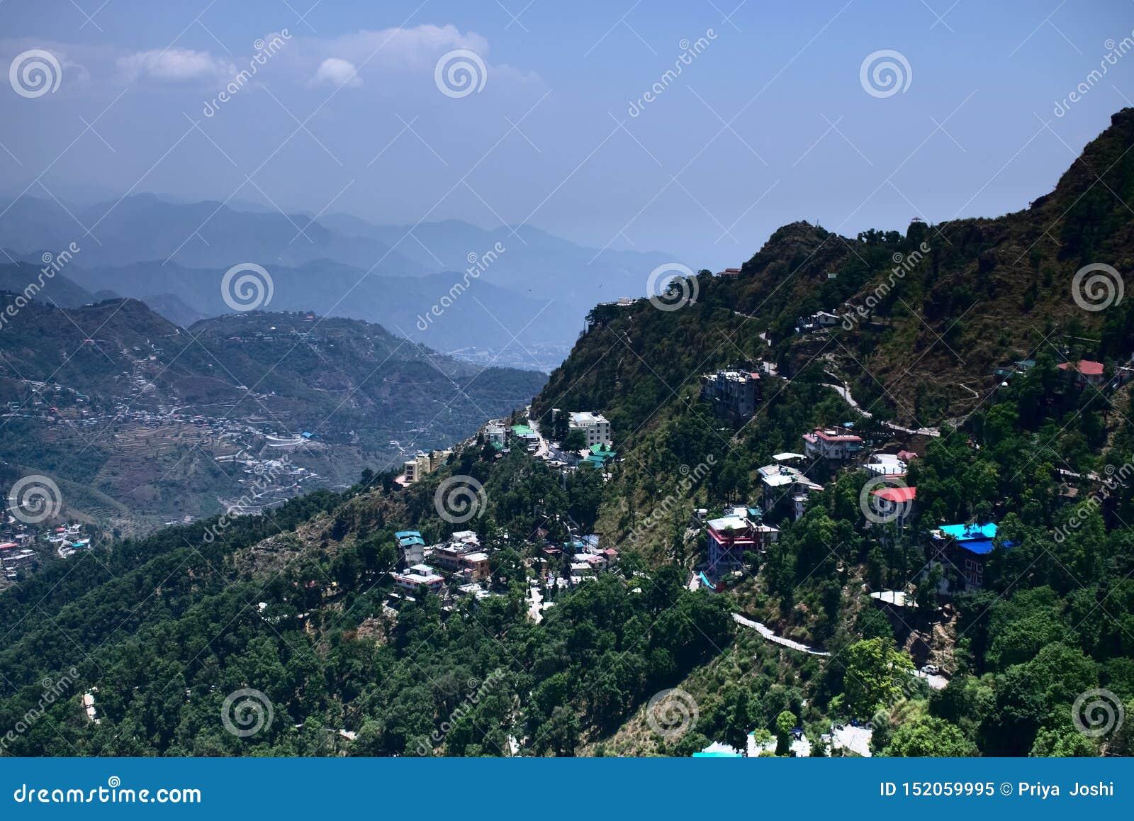 Взгляд красивого городка холма город в горах полных красочных домов и очень живого пейзажа домов в горах внутри внутри