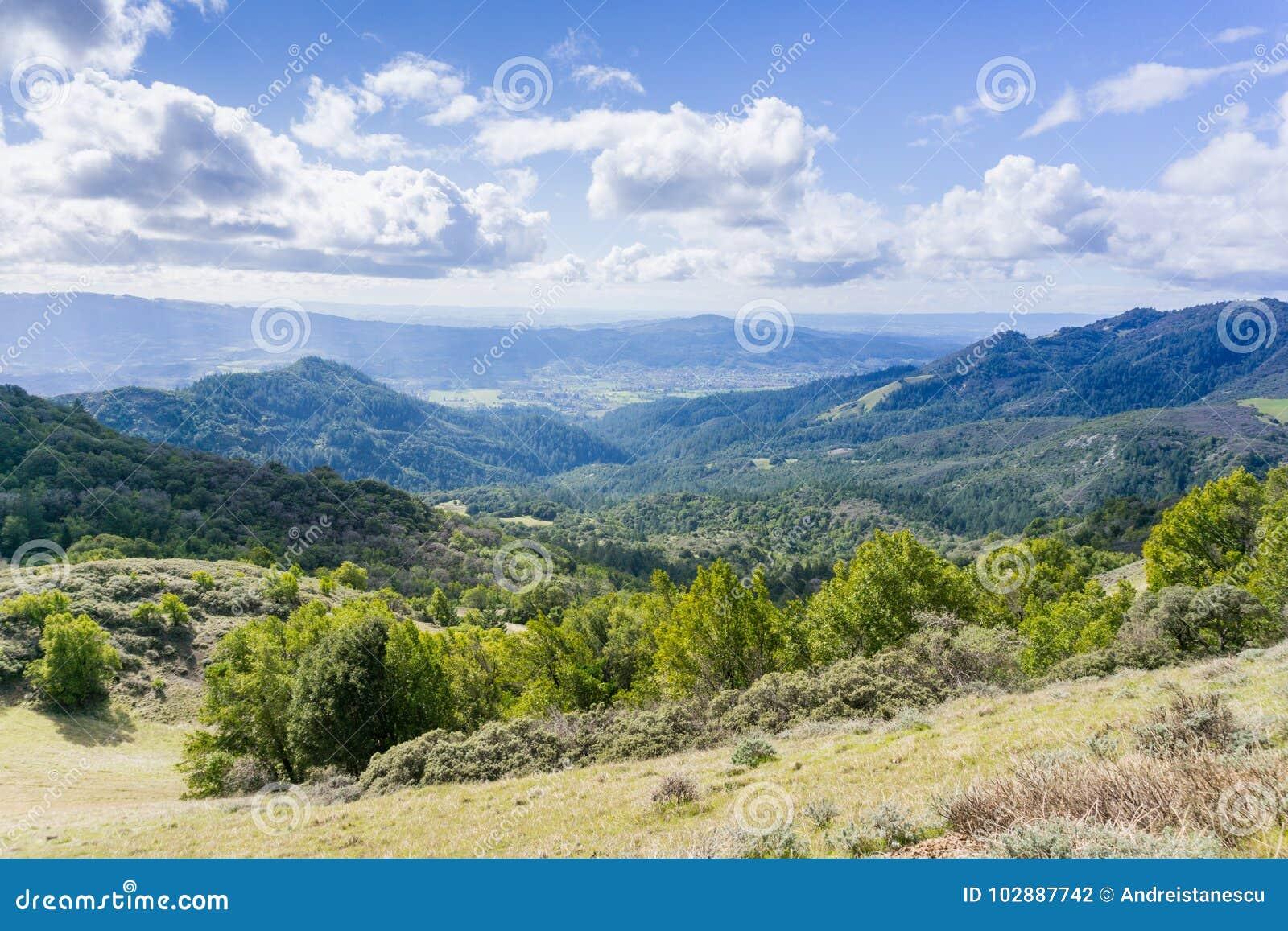 Взгляд к долине Sonoma, парку штата Sugarloaf Риджа, Sonoma County, Калифорнии