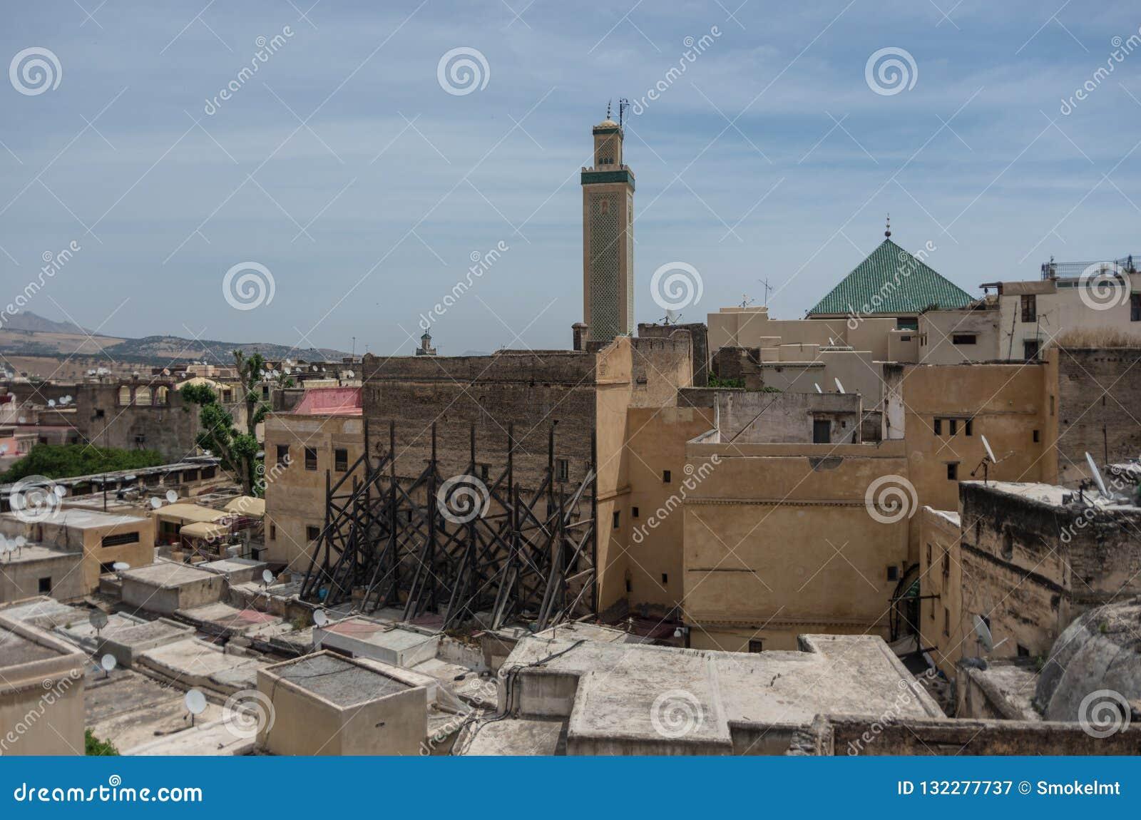 Взгляд к крышам средневекового Fez medina и al-Quaraouiyin мечети