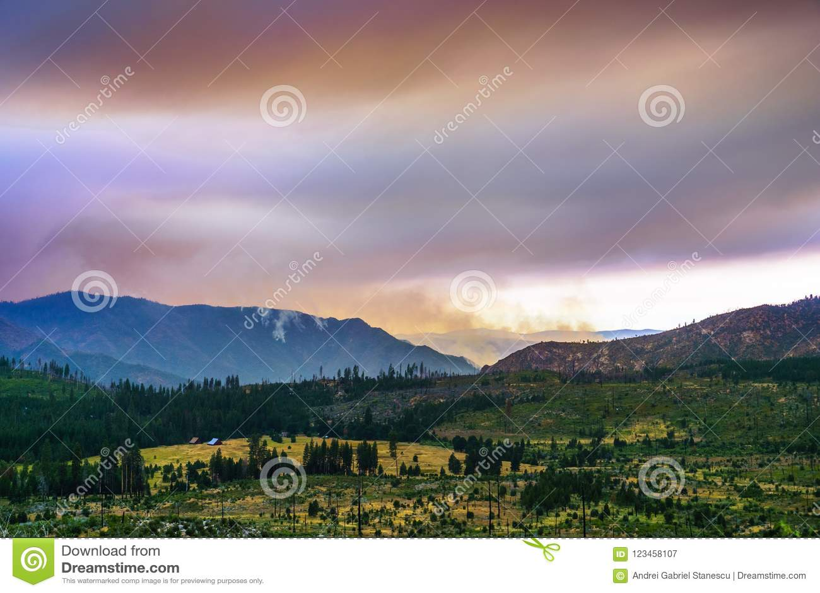 Взгляд к огню Ferguson горя как раз вне национального парка Yosemite