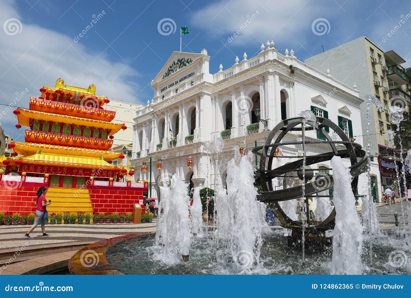 Взгляд к фонтану перед зданием Da Misericordia Касы Санты на историческом центре Макао, Китая