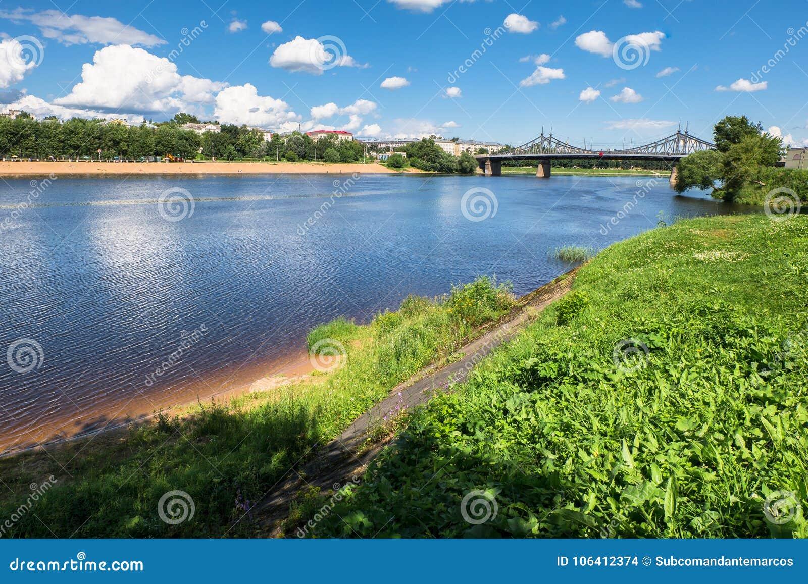 Взгляд лета поверхности воды и берега Рекы Волга и старой Волги наводят на заднем плане, город Tver, России