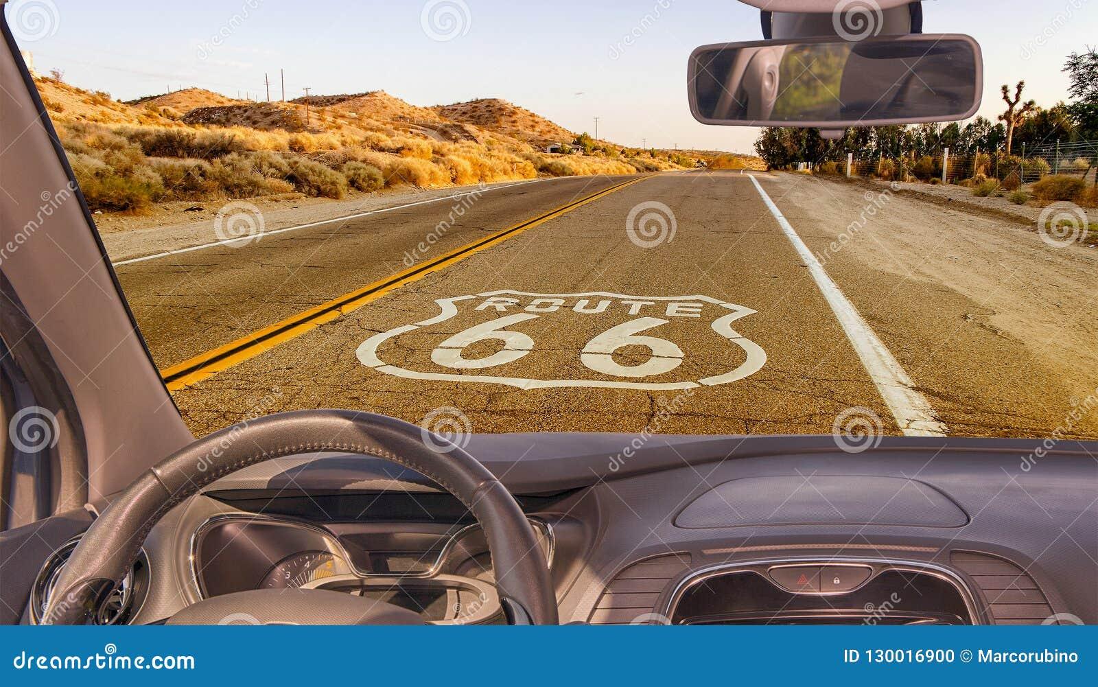 Взгляд лобового стекла автомобиля исторической трассы 66, Калифорния, США