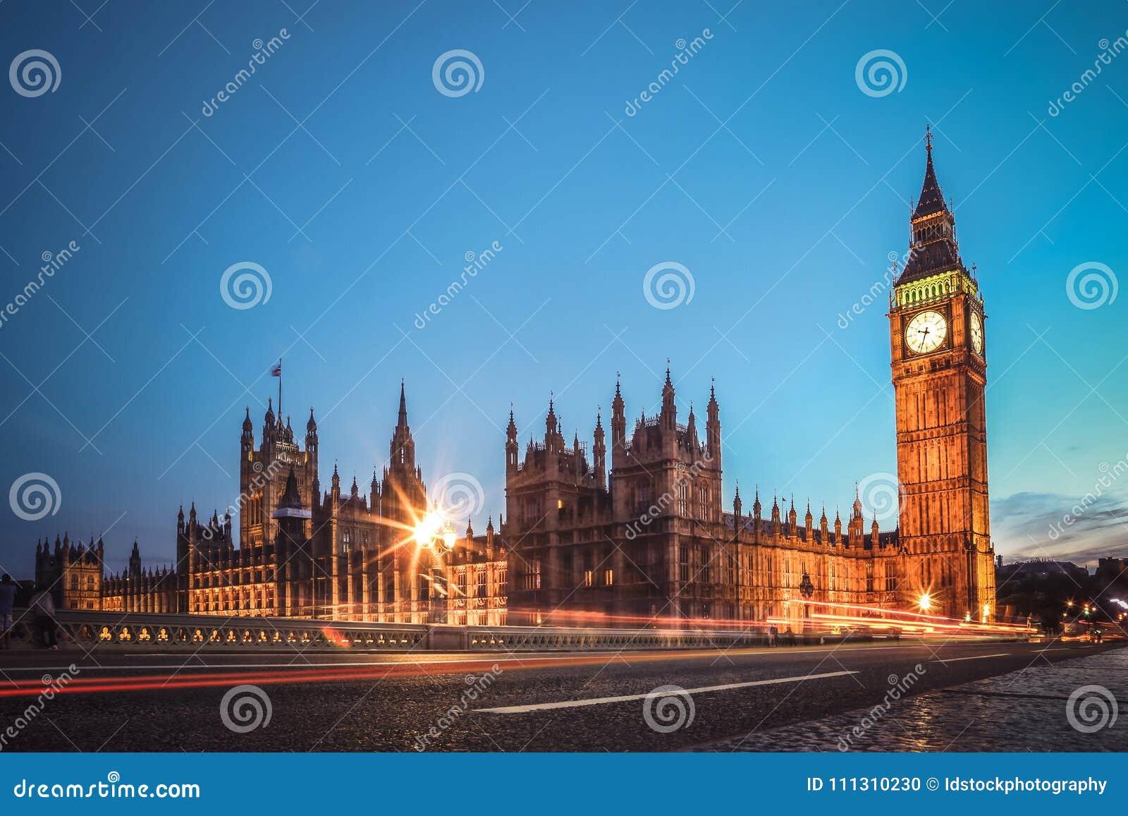 Взгляд Лондона известный Долгая выдержка сняла моста большого Бен, Вестминстера и дома парламента Сцена вечера