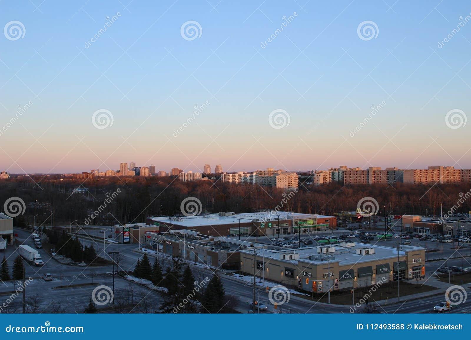Взгляд Лондона Онтарио от 10th пола квартиры highrise